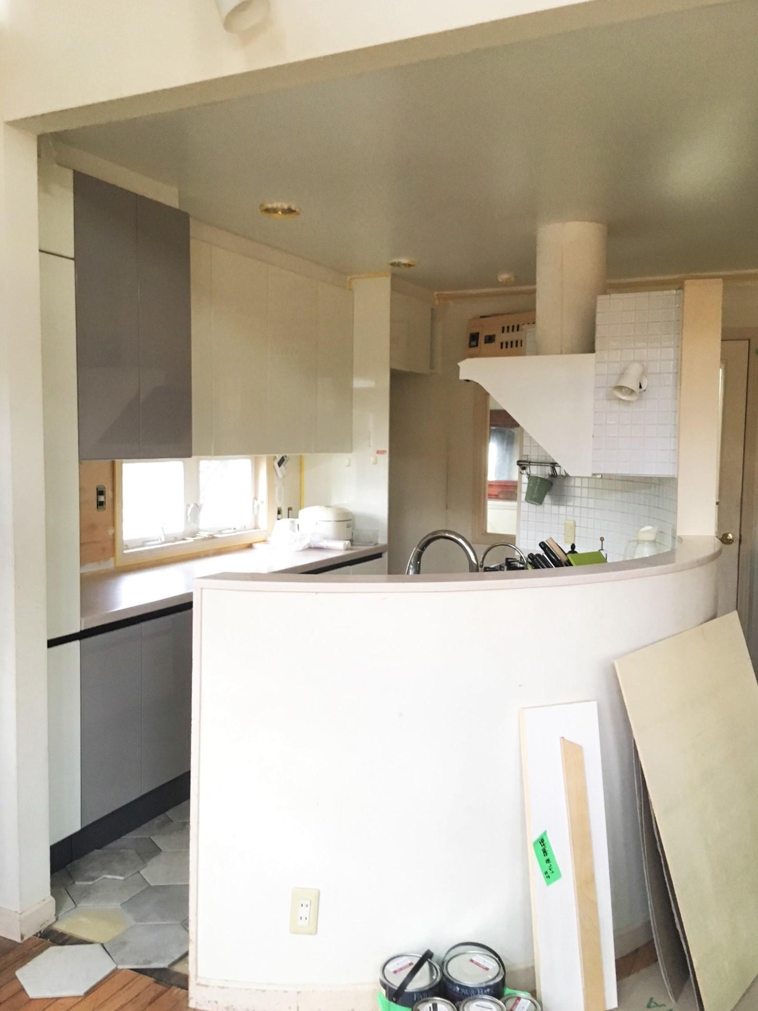優雅な曲線のキッチンに、六角形のタイルを張り巡らします!!!