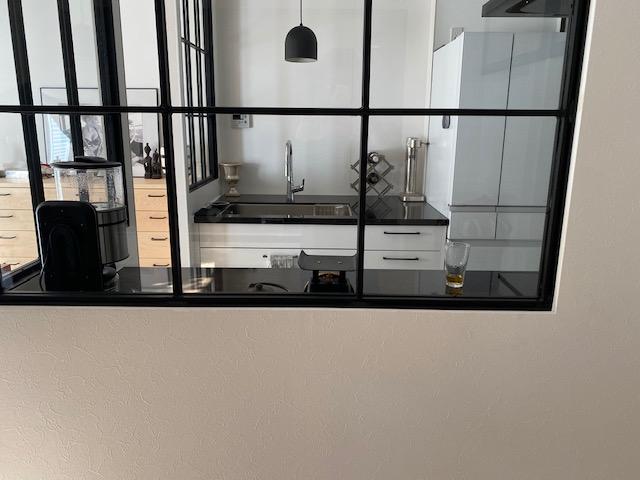 Ⅱ列型キッチンとアイアン室内窓