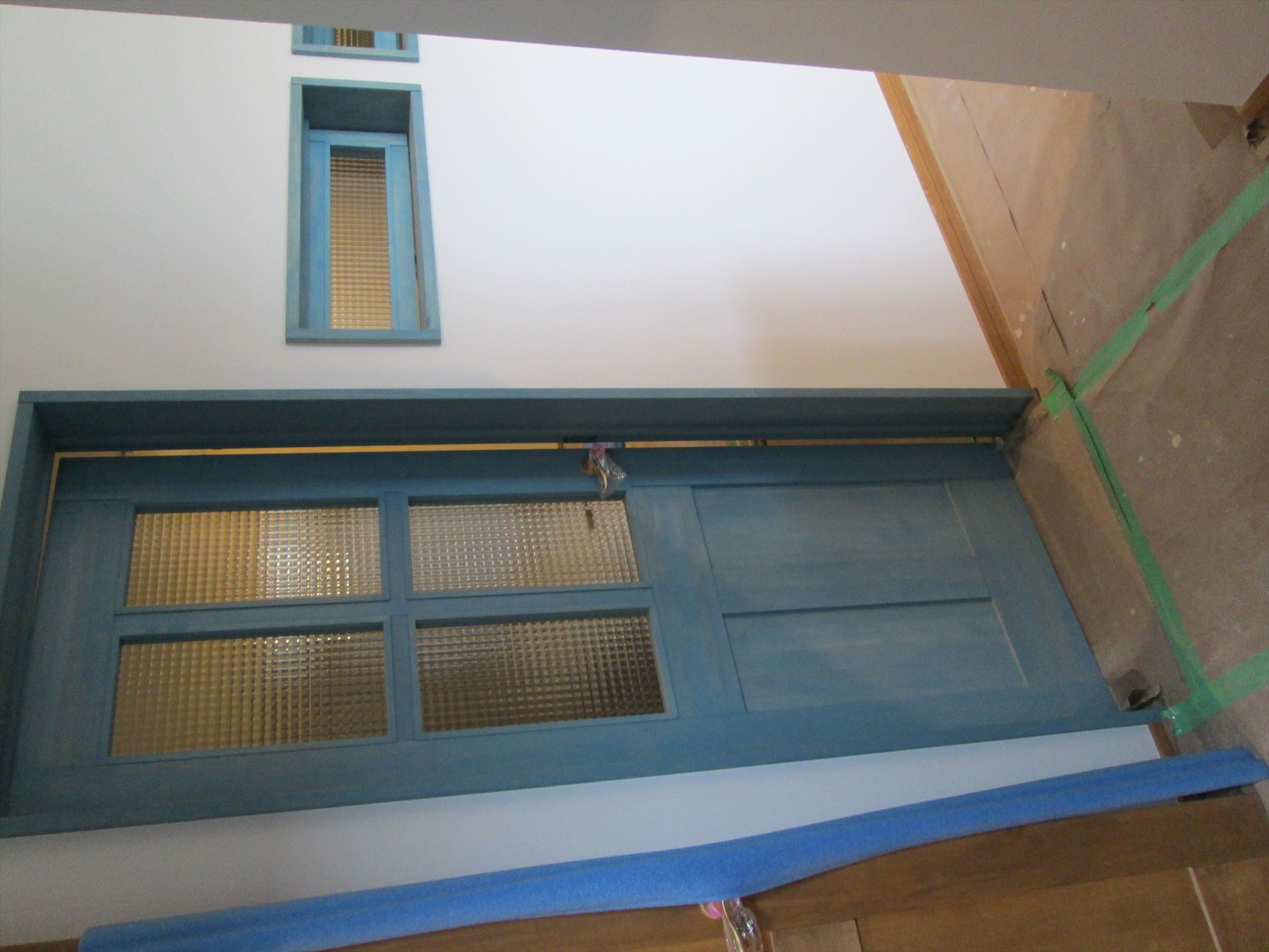ターコイズブルーの建具と内窓&ナチュラルオークの建具がカワイイ♪