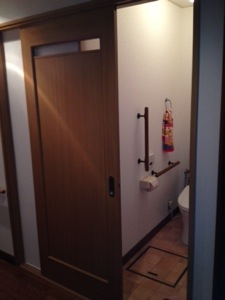 トイレのドアを引き戸に替えたら、驚くほど出入りが楽になった訳は
