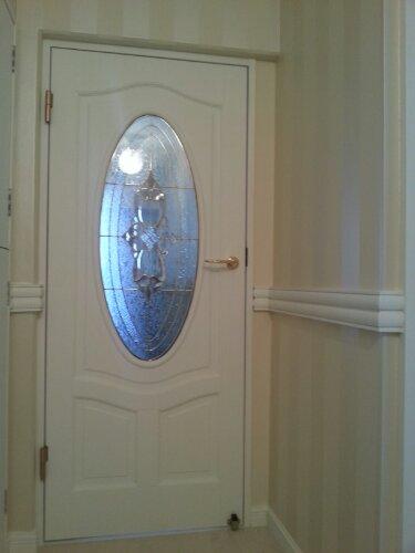 ローラーアシュレイ×ステンドグラス入り無垢ドア