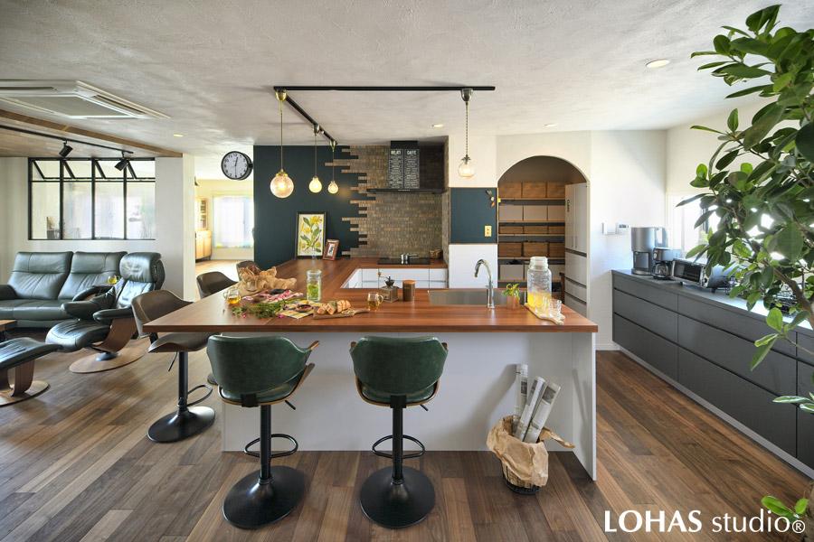 大きなカウンターが特徴的なコの字型キッチンの様子