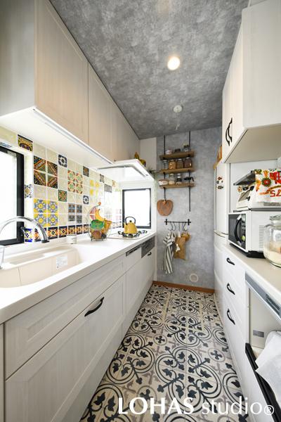 カラフルなタイルが映える明るいキッチンの様子