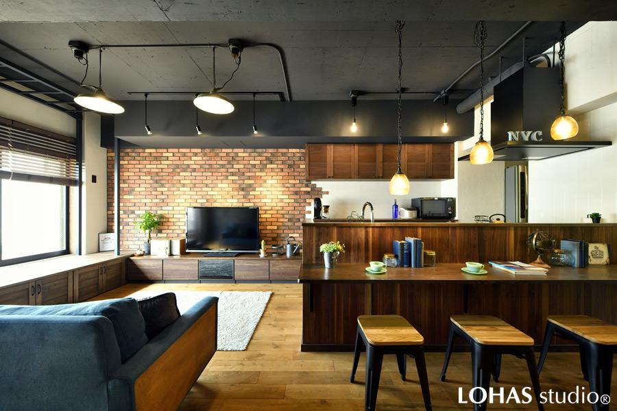 ブラックに塗装した天井で無骨さをプラスしたカフェライクなLDKの様子