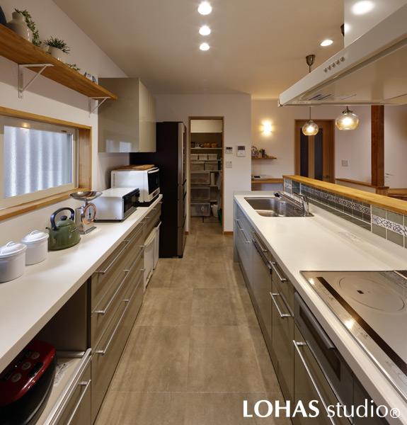 大人2人での作業もゆとりのあるキッチンの様子