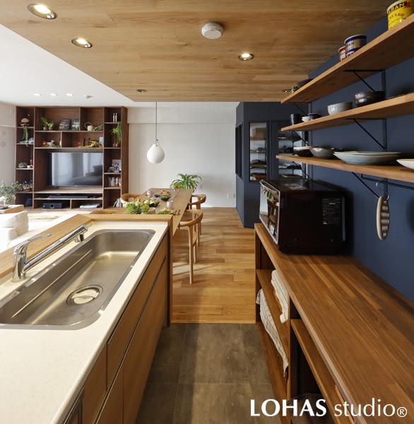 壁面の色塗装で空間を引き締めているキッチンの様子