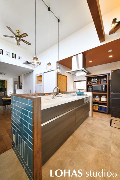 念願の対面キッチン。大好きなターコイズブルーでカラーリング。