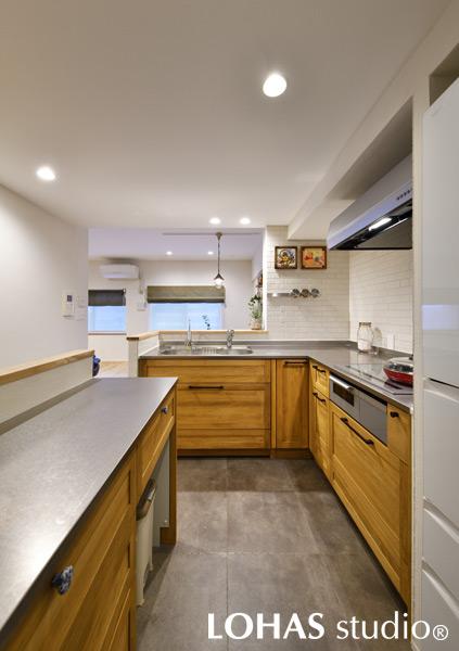 L字型キッチンを用い対面式も叶えたキッチンの様子
