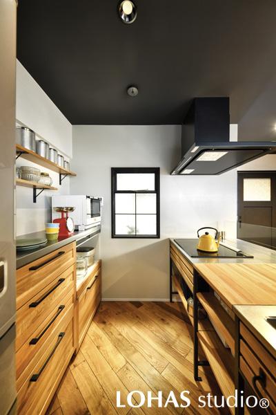 木目の調和が美しいキッチン周りの様子