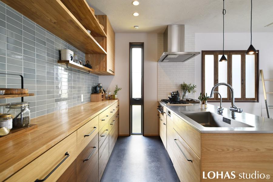 お施主さまこだわりのタイルを全面に施工したキッチンの様子
