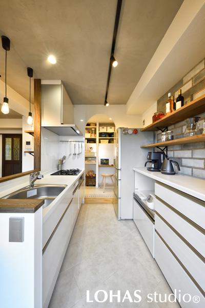 カフェを意識したシンプルなキッチンの様子