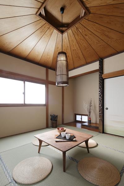 天井が特徴的な和室の様子