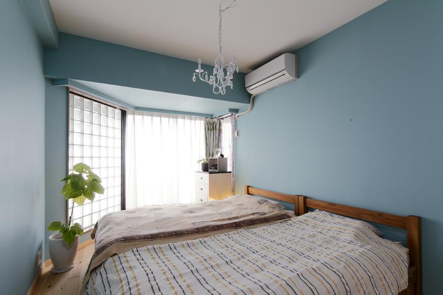 窓が特徴的な寝室の様子