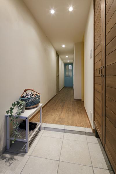 シンプルな玄関の様子