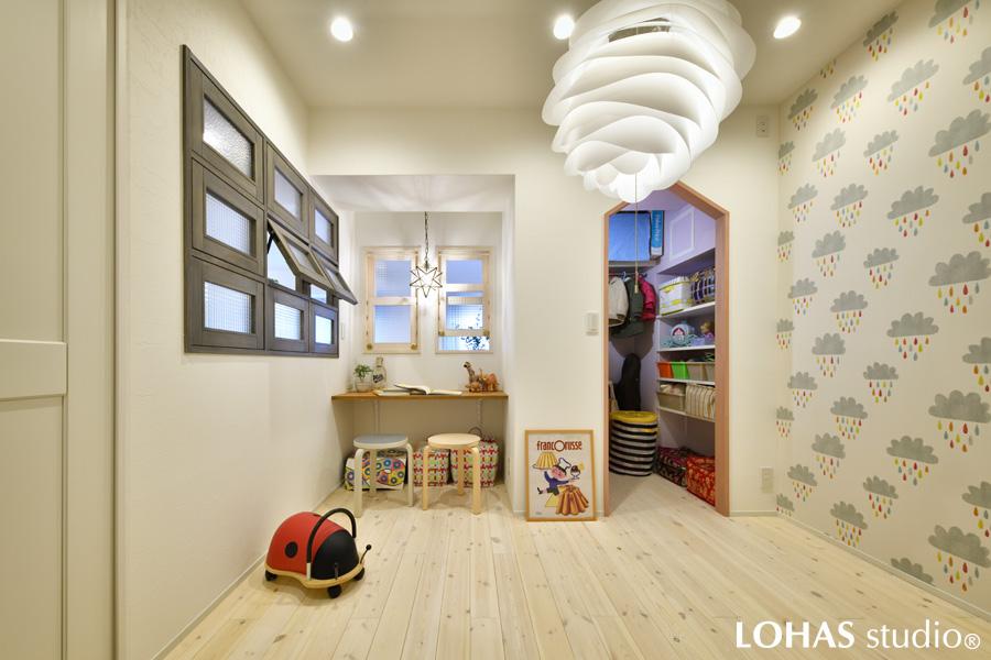 無垢の白木材で暖かみのある子供部屋の様子