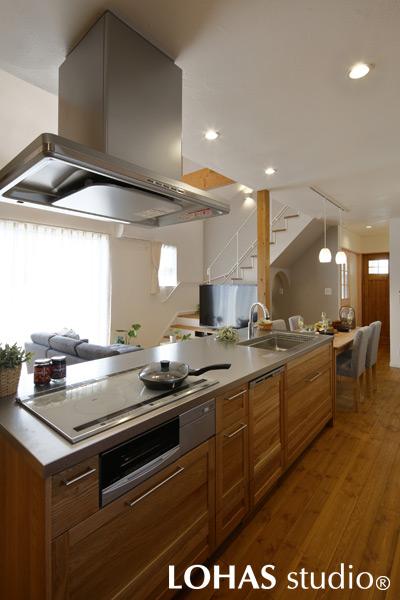家族の様子を一望できる対面式キッチンの様子