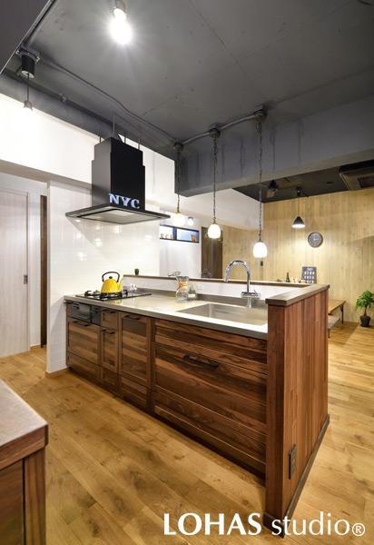 空間に合わせて無垢材をチョイスしたキッチンの様子