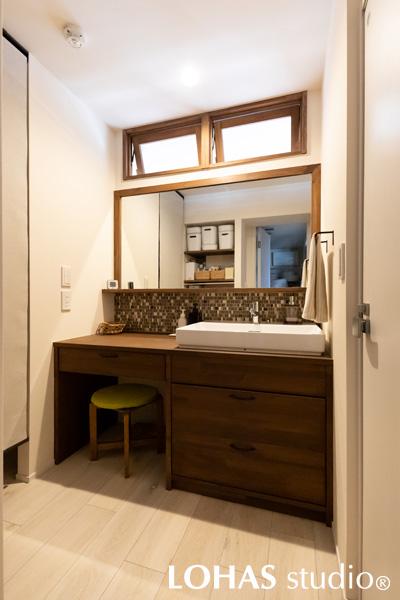 通気窓をアクセントとして取り入れた洗面スペースの様子