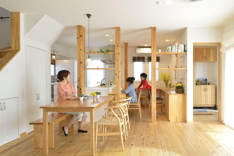 子育て楽しむ木立のリビング(一戸建て)