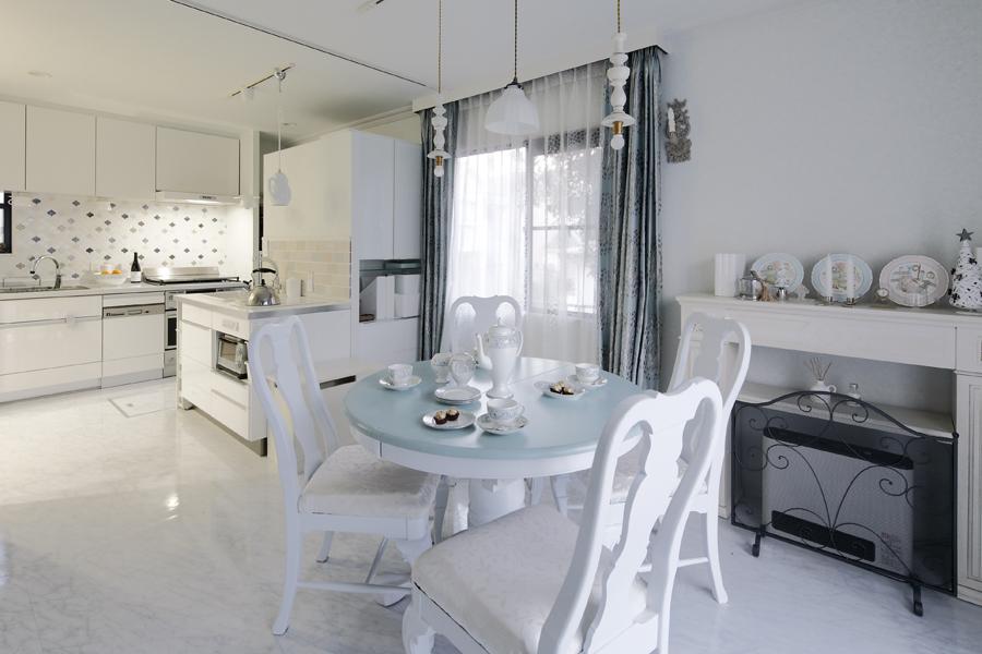 白イメージで統一されたダイニングキッチンの様子