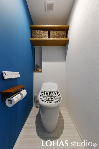 ブルーの壁が印象的なトイレの様子