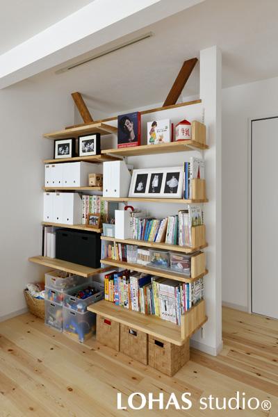 使い勝手を考慮して設計された造作棚の様子