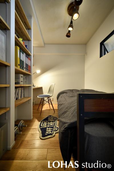 おこもり感で作業が捗りそうな書斎スペースの様子