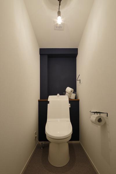 遠近感で広く見えるトイレの様子