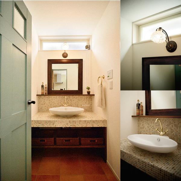アンティーク風水洗のある洗面室の様子