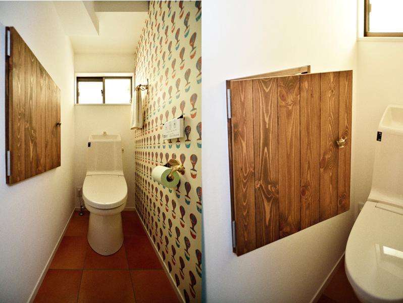 鮮やかなクロスのトイレの様子