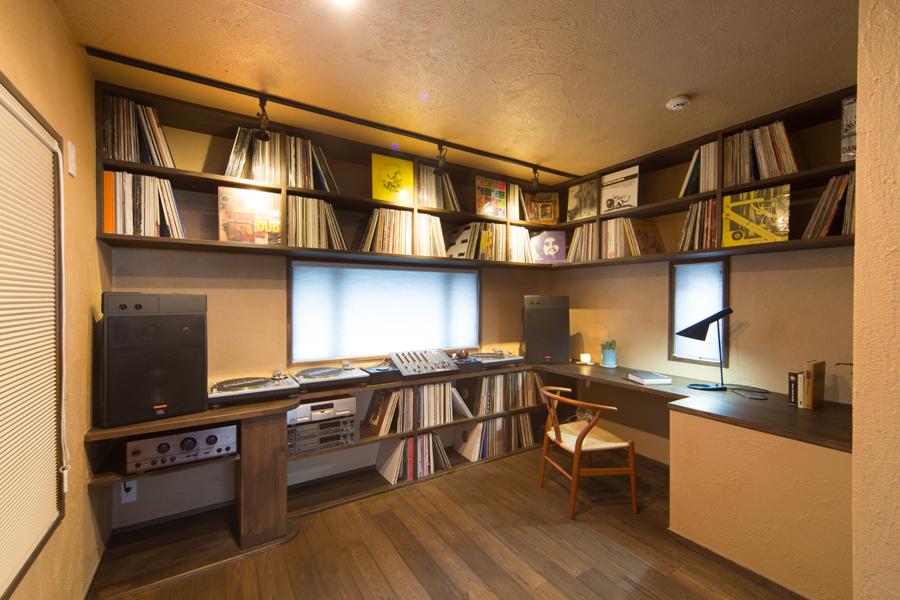 全面に書棚を構えた 2階・コックピット書斎の様子