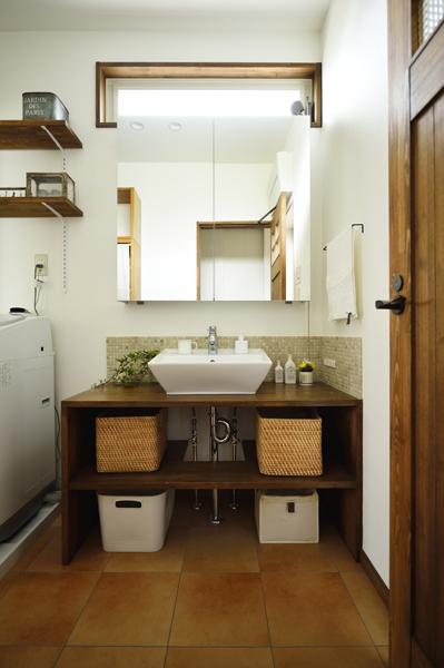 収納を造作した洗面室の様子