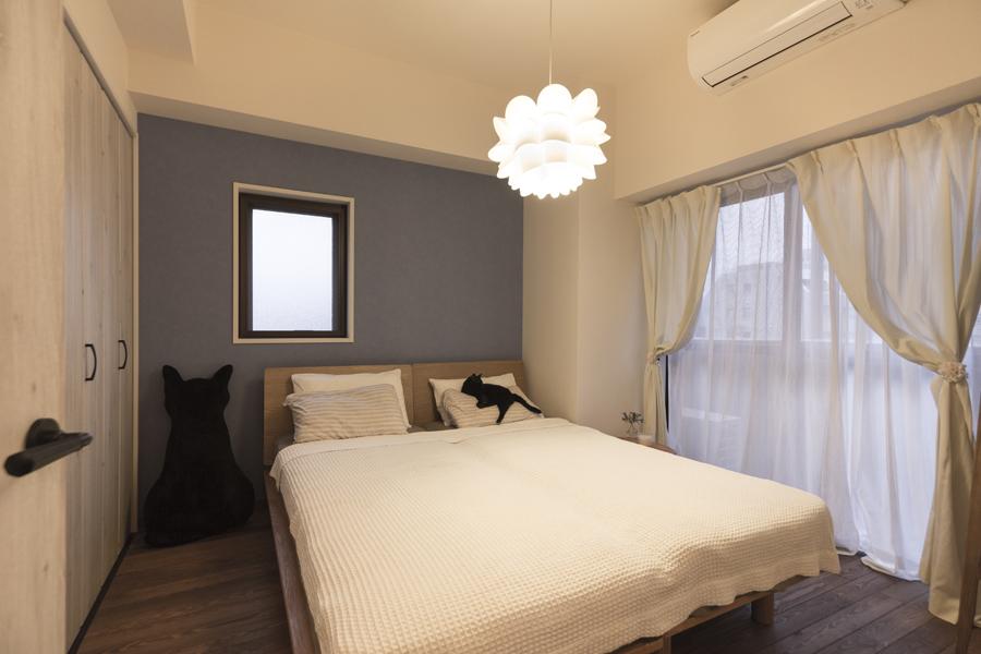 ラベンダー色がフェミニンな寝室の様子