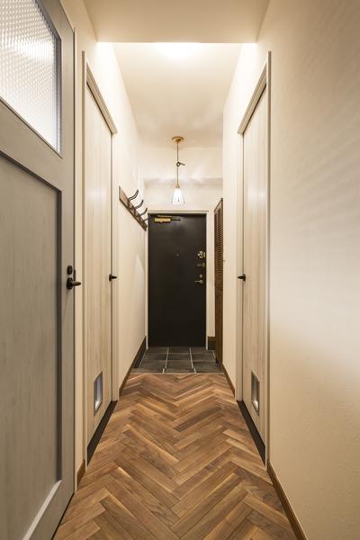 玄関から続く廊下の様子
