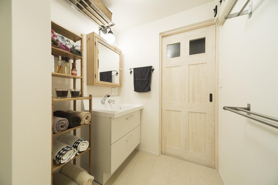 白基調の洗面室の様子
