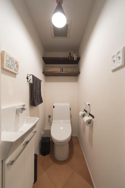 大判タイルが上質感を装うトイレの様子