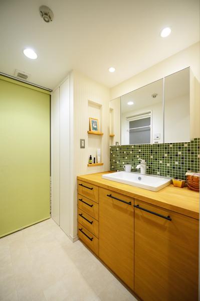明るい雰囲気の洗面室の様子