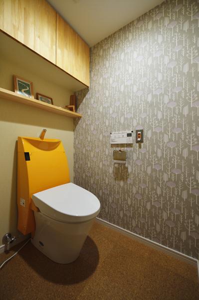 しっかりした収納棚を造作したトイレの様子