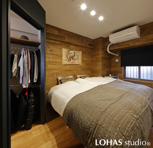 よりヒュッテ感のある加工木材を用いて雰囲気を出したベッドルームの様子