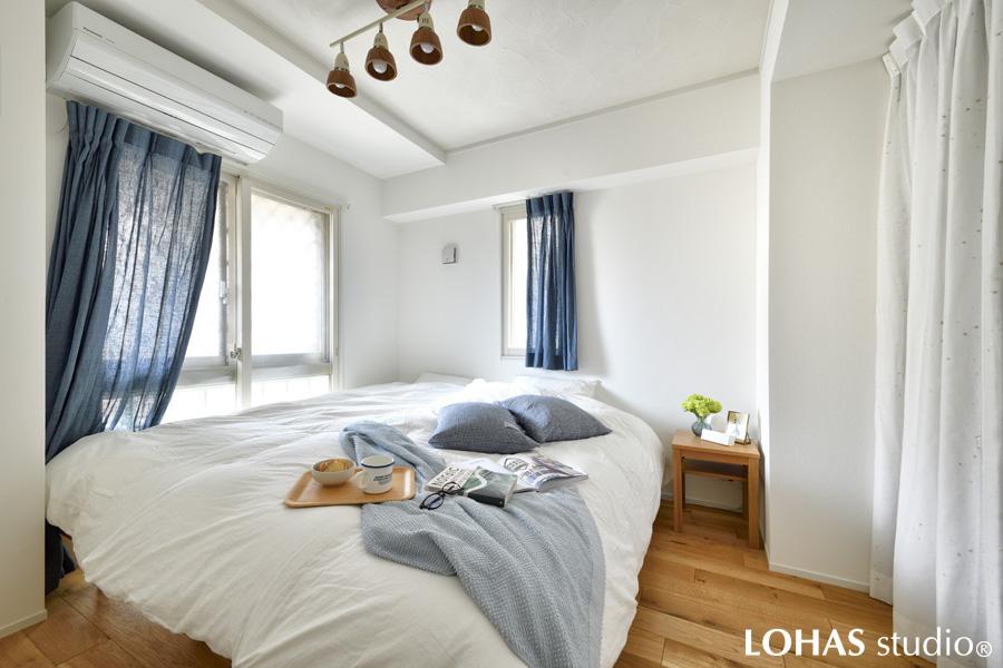清潔感たっぷりの居心地良さそうな寝室の様子