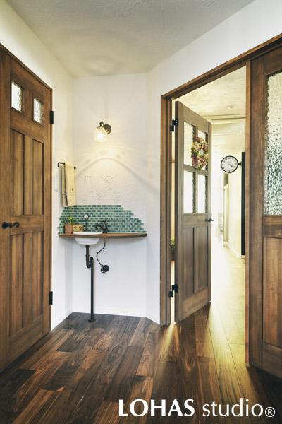 ドアを開けると正面にコの字キッチンが迎える入り口の様子