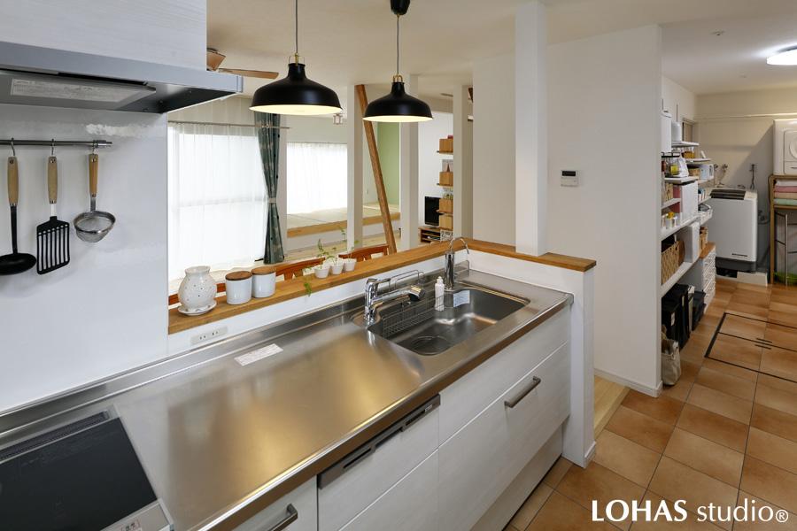 リビングの様子をラクに見渡しながら作業が出来るキッチンの様子