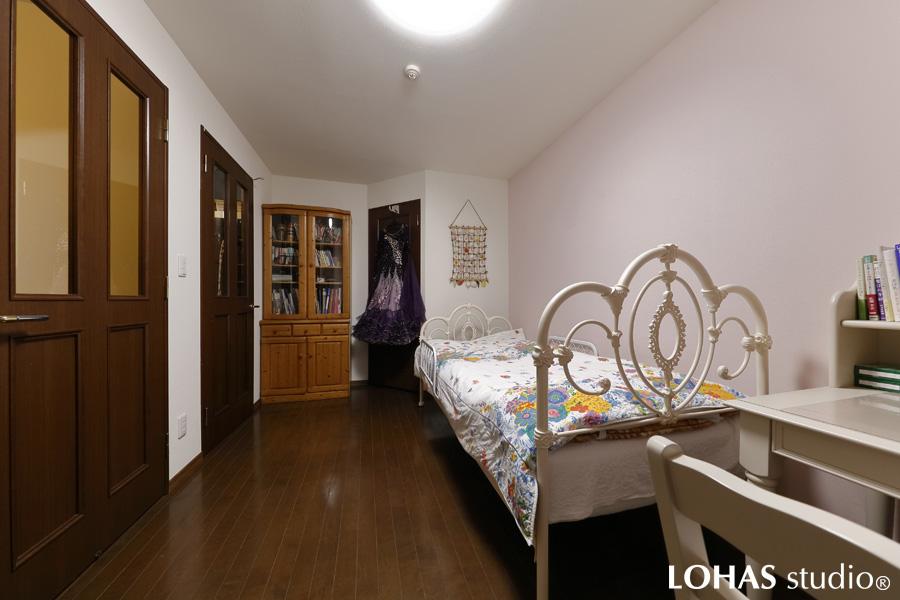 フェミニンで上品な雰囲気の寝室の様子