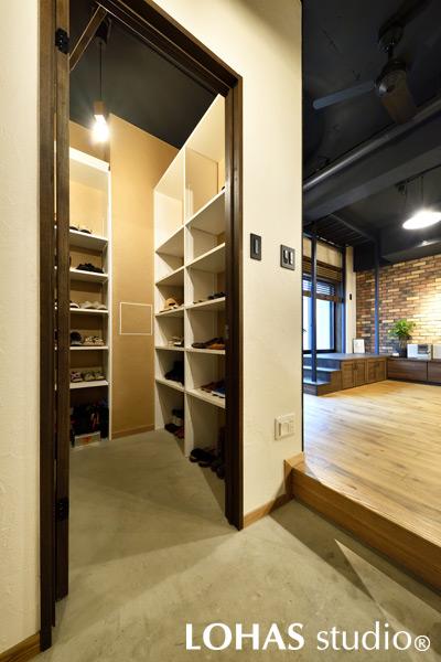 大容量の収納スペースでいつもスッキリ片付く玄関の様子