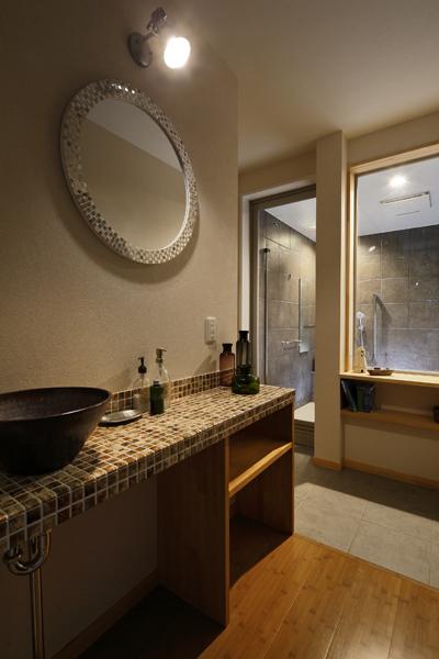タイルデザインを施した洗面室の様子