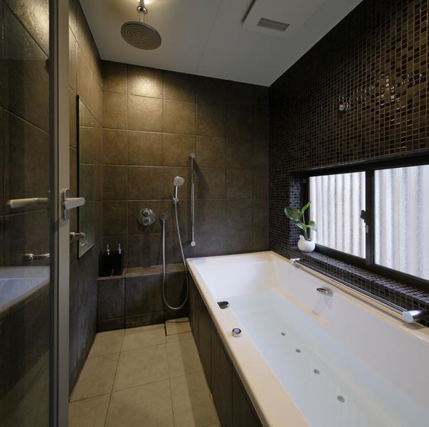 ラグジュアリーな装いの浴室の様子