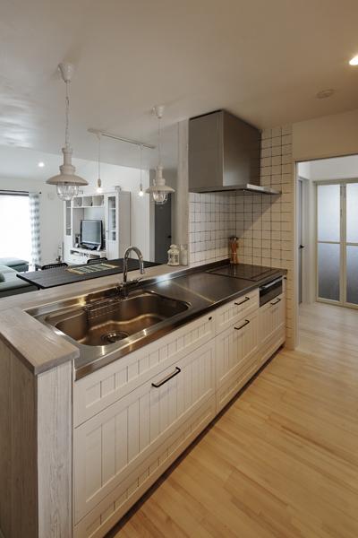素材を変えて白で統一したキッチンの様子