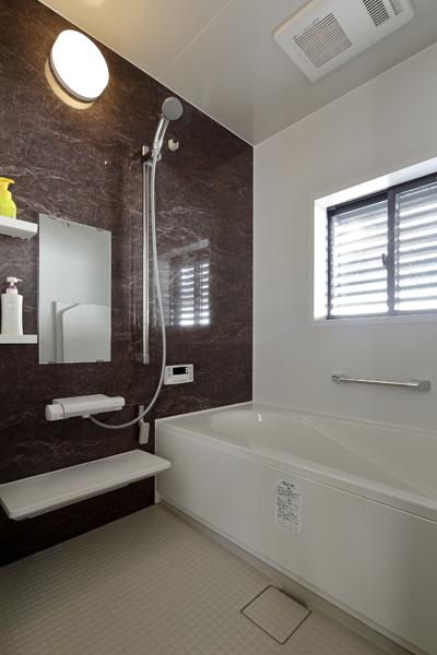 高級感あるバリアフリー仕様の浴室の様子