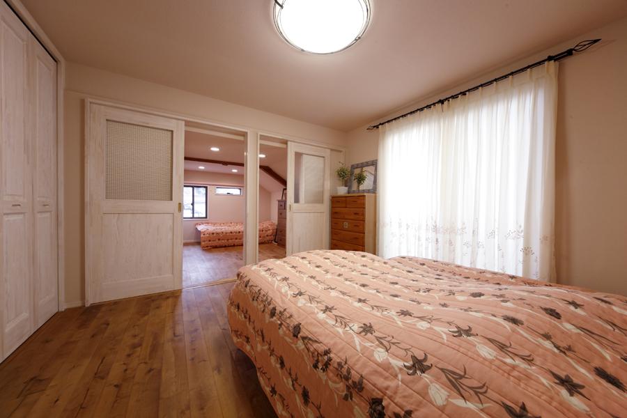 窓のある引き戸で開放感のある寝室の様子