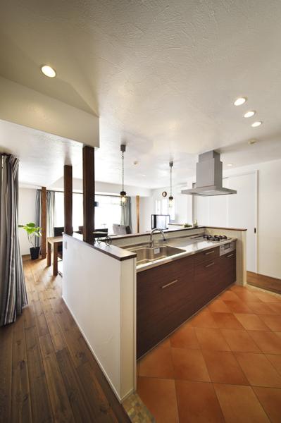 リビングに対面するオープンキッチンの様子